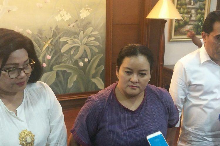 Chief Policy and Government Relations Gojek Shinto E Nugroho (tengah) bersama pejabat Kemenkop UKM di Jakarta, Selasa (29/10/2019)