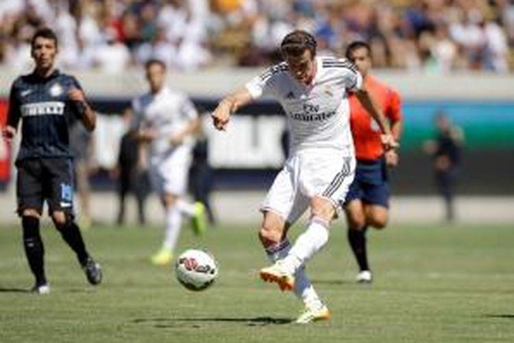 Gelandang Real Madrid, Gareth Bale, melepaskan tembakan keras yang berujung gol ke gawang Inter Milan pada laga persahabatan, Sabtu atau Minggu (27/7/2014) pagi.