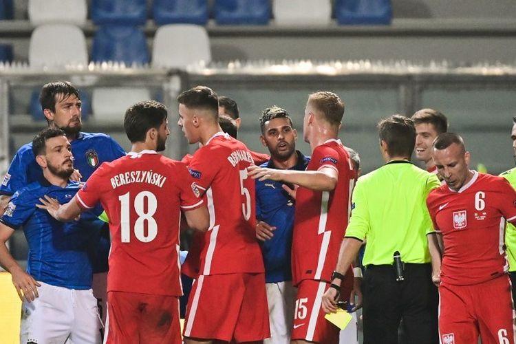 Bek Italia Alessandro Florenzi (2ndL) bereaksi setelah gelandang Polandia Jacek Goralski (Front R) menangani penyerang Italia Andrea Belotti (Bawah Belakang L) selama UEFA Nations League A, pertandingan sepak bola Grup 1 Italia vs Polandia pada 15 November 2020 di Mapei stadion di Reggio Emilia.