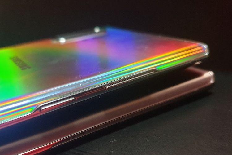 Tombol daya yang berfungsi juga sebagai tombol pemanggil Bixby di Galaxy Note 10 Plus terletak di sisi kiri, sementara di Galaxy Note 20 Ultra terletak di sisi kanan.