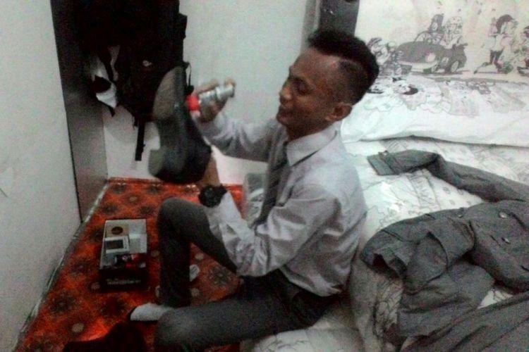 Rinto, tukang bakso di Makassar, Sulawesi Selatan, yang keliling mendorong gerobaknya menjajakan bakso dengan berpakaian ala direktur atau pegawai kantoran. Setiap hari, dia menghabiskan waktu hampir 1 jam untuk bersiap.