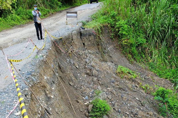 Ruas jalan dengan kondisi rusak paling parah ada di KM 290 yang termasuk dalam distrik Airu menuju Senggi, Jayapura, Papua.