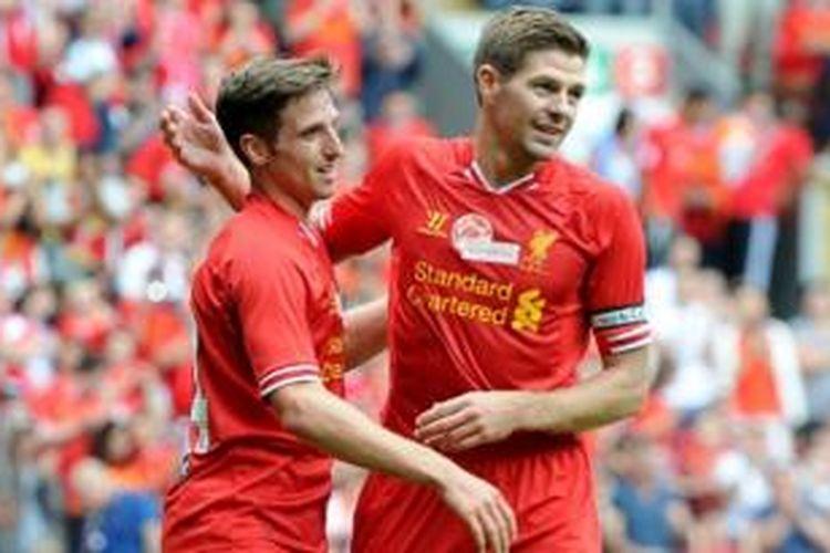Gelandang Liverpool, Joe Allen (kiri), merayakan gol yang dicetaknya bersama kapten Liverpool, Steven Gerrard (kanan), pada laga melawan Olympiakos di Stadion Anfield, Liverpool, Sabtu (3/8/2013). Pada laga persahabatan tersebut, Liverpool menang 2-0.