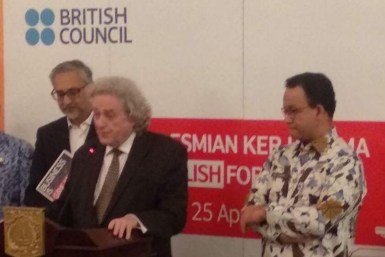 Duta Besar Inggris untuk Indonesia dan Timor Leste Moazzam Malik (paling kiri), Direktur British Council Indonesia Paul Smith (tengah), dan Gubernur DKI Jakarta Anies Baswedan, di Balai Kota DKI Jakarta, Kamis (25/4/2019).