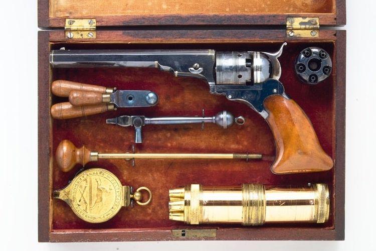Senjata api Colt Revolver yang dibuat di Amerika Serikat pada 1836. [The Met Museum Via Oldest.org]