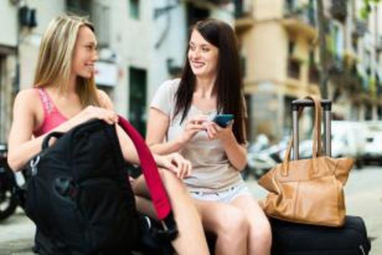 Ponsel tidak lepas sebagai teman wisatawan saat ini selama berlibur.