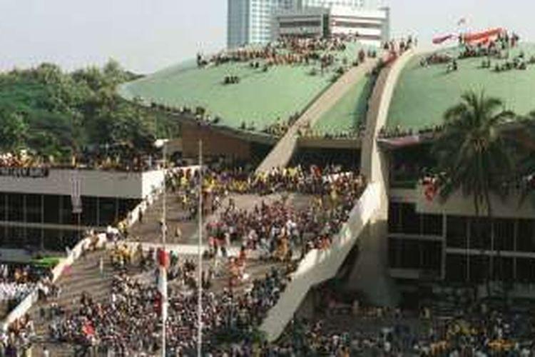 Mahasiswa se-Jakarta, Bogor, Tangerang, dan Bekasi mendatangi Gedung MPR/DPR, Mei 1998, menuntut reformasi dan pengunduran diri Presiden Soeharto. Sebagian mahasiswa melakukan aksi duduk di atap Gedung MPR/DPR. Hegemoni Orde Baru yang kuat ternyata menjadi inspirasi bagi orangtua untuk memberi nama bagi anak-anak mereka.
