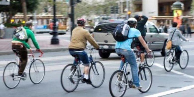 Ilustrasi bersepeda untuk bekerja.