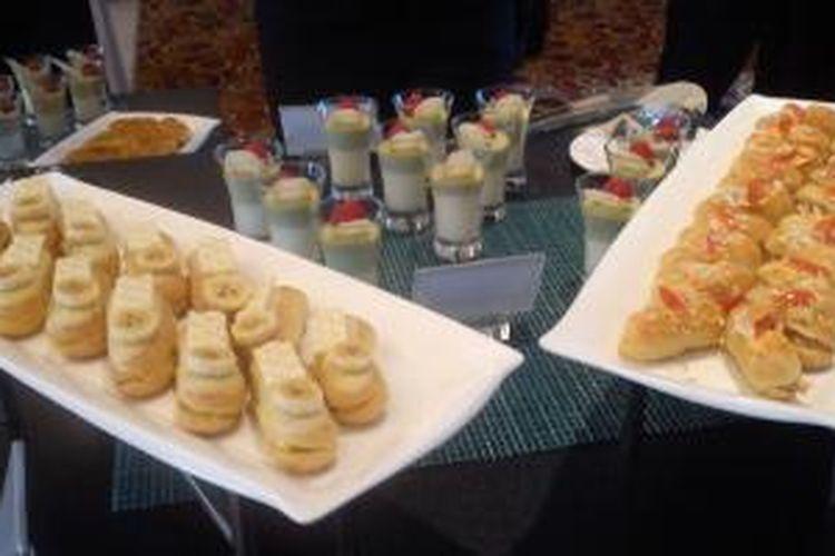 Eclair, makanan klasik asal Eropa dihidangkan di Club Lounge Hotel Meridien Jakarta pada Rabu (12/3/2014).
