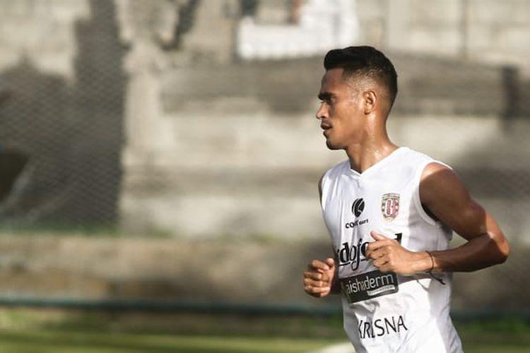 Sidik Saimima pada sesi latihan Bali United