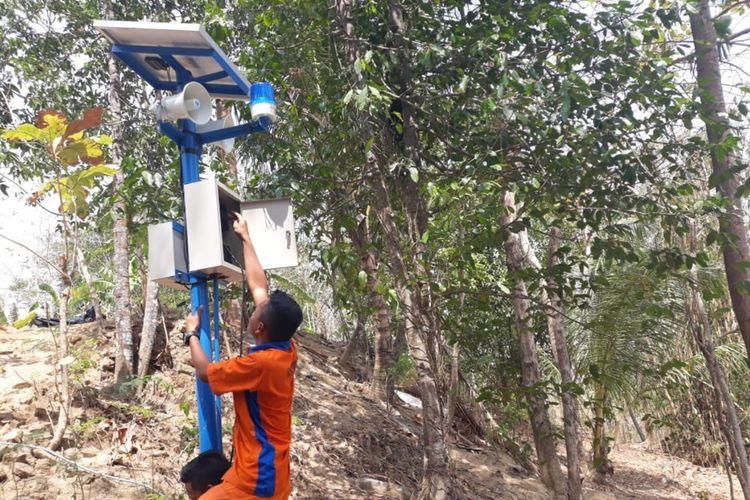 Siswa SMK N 1 Pundong, Bantul, Memasang Alat diteksi Longsor di Dusun Blali, Desa Seloharjo, Kecamatan Pundong. Rabu (23/10/2019)