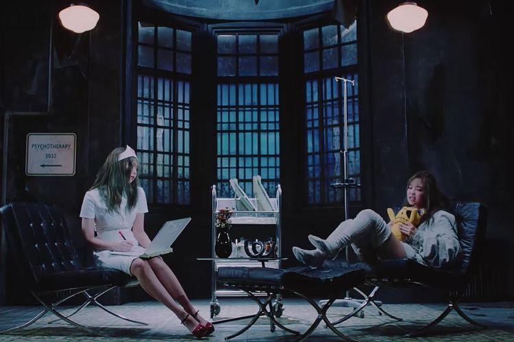 Jennie mengenakan baju perawat (kiri) di video musik Lovesick Girls BLACKPINK.
