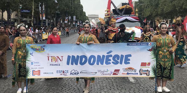 Indonesian Diaspora Network France tampil di Champs Elysées, Paris, pada acara Carnaval Tropical Paris 2018, Minggu (1/7/2018). Indonesia menjadi satu-satunya negara Asia yang ikut dalam karnaval tersebut.