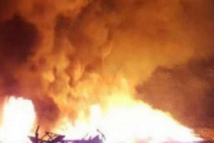 Gambar yang dirilis media India ANI News memperlihatkan kebakaran di pabrik Anaj Mandi, New Delhi, pada Minggu (8/12/2019). Sebanyak 43 orang tewas dalam pabrik yang disebut ilegal tersebut.