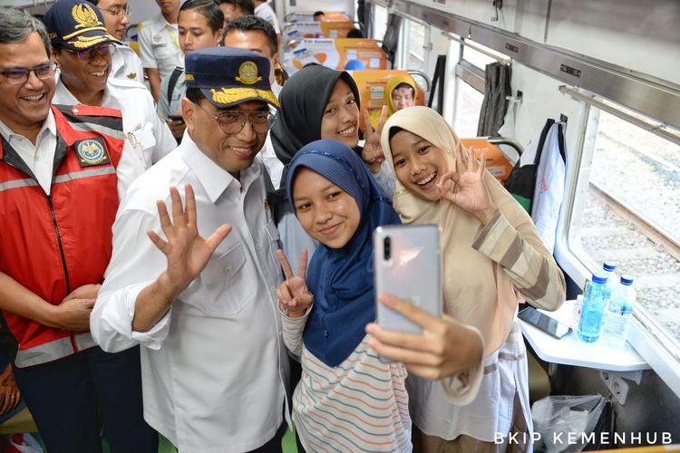 Menhub Budi Karya Sumadi berbincang dengan penumpang di dalam kereta, Sabtu (21/12/2019).