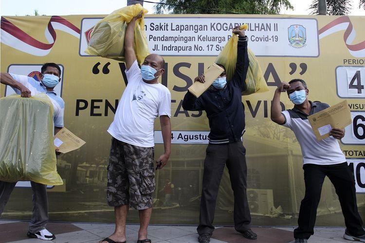Sejumlah pasien sembuh dari COVID-19 meluapkan ekspresinya saat mengikuti Tasyakuran Tumpengan, di Rumah Sakit Lapangan Kogabwilhan II Jalan Indrapura, Surabaya, Jawa Timur, Selasa (4/8/2020). Pada hari ini Rumah Sakit Lapangan Kogabwilhan II telah berhasil menyembuhkan 64 orang pasien COVID-19 dan secara keseluruhan total sebanyak 1.022 orang pasien COVID-19 yang berhasil disembuhkan di rumah sakit tersebut. ANTARA FOTO/Didik Suhartono/hp.