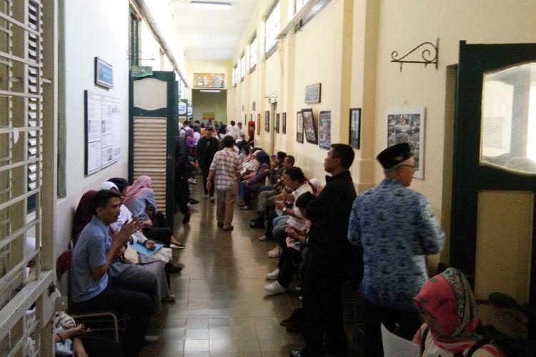 Para orangtua siswa saat mengantre dalam proses PPDB 2019 di SMA Negeri 5 Bandung, Jalan Belitung, Senin (17/6/2019).