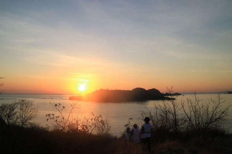 Matahari terbit dilihat dari Pulau Rutong di Taman Laut 17 Pulau Riung, Flores, NTT.