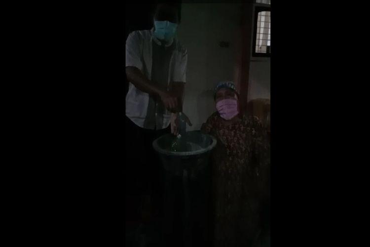 Tangkapan layar video pasien corona di Kabupaten Jombang, Jawa Timur, mengeluhkan kekurangan air bersih di tempat karantina.