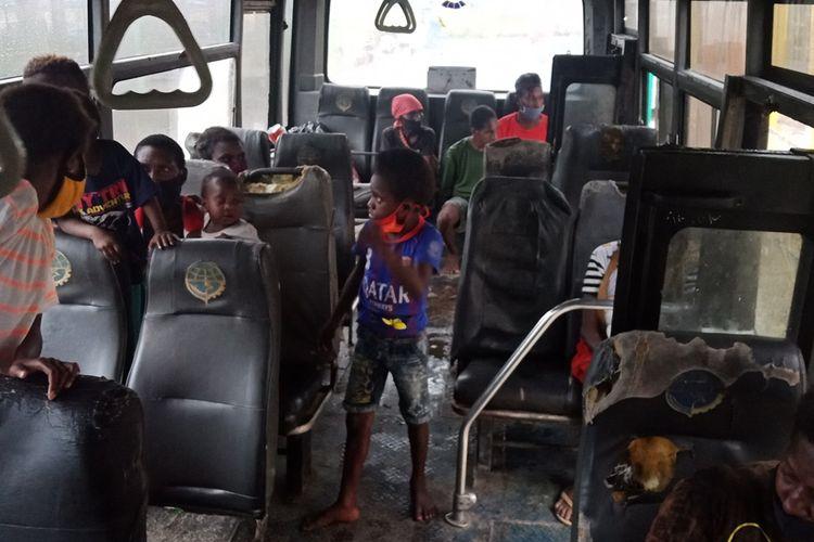 Suasana kabin bus perintis