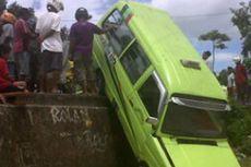 Tabrak Batu di Jalan, Angkot Terlempar Keluar Trotoar