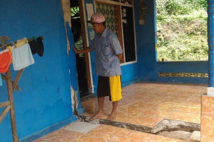Inilah salah satu rumah warga Desa Purworejo, Kecamatan Pacitan, Kabupaten Pacitan yang rusak akibat bencana tanah gerak dalam dua pekan terakhir. (Foto : Pujono)