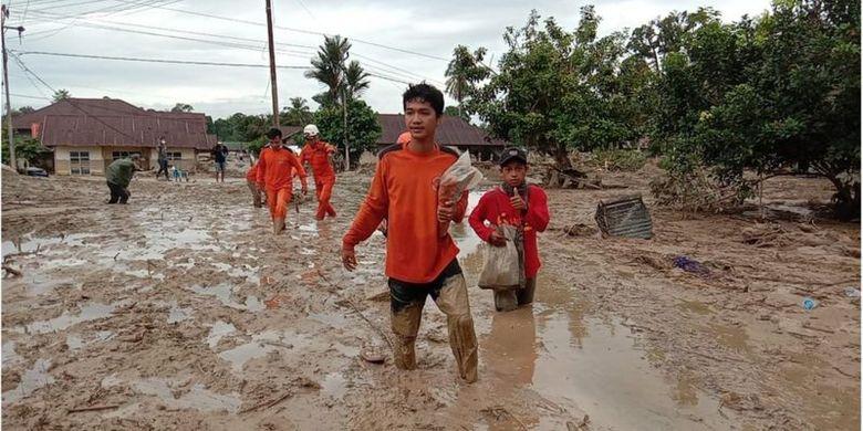 Hingga Kamis (16/07), Tim Reaksi Cepat Badan Nasional Penanggulangan Bencana (BNPB) di Luwu Utara melaporkan sebanyak 15 orang masih dalam pencarian, sedangkan korban meninggal berjumlah 30 orang.