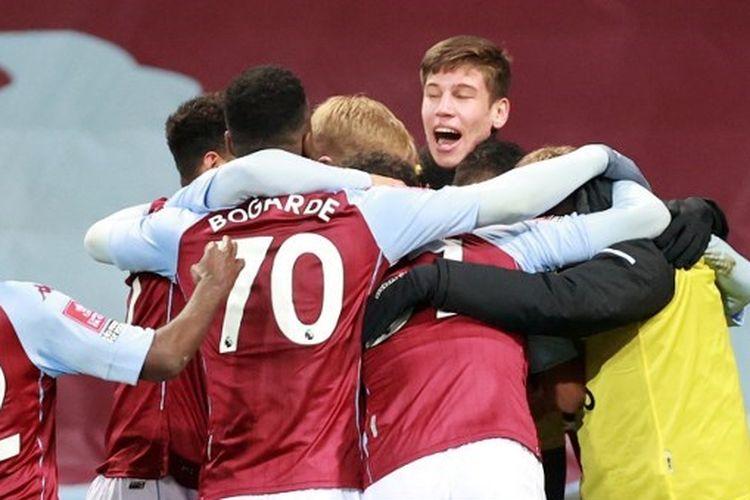 Skuad muda Aston Villa saat merayakan gol ke gawang Liverpool pada putaran ketiga Piala FA di Stadion Villa Park, Sabtu (9/1/2021) dini hari WIB.