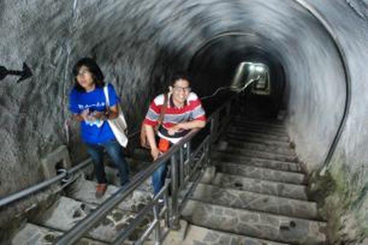 Untuk masuk ke dalam Lobang Jepang di Bukittinggi, Sumbar, pengunjung harus melewati tangga dengan kedalaman 64 meter.