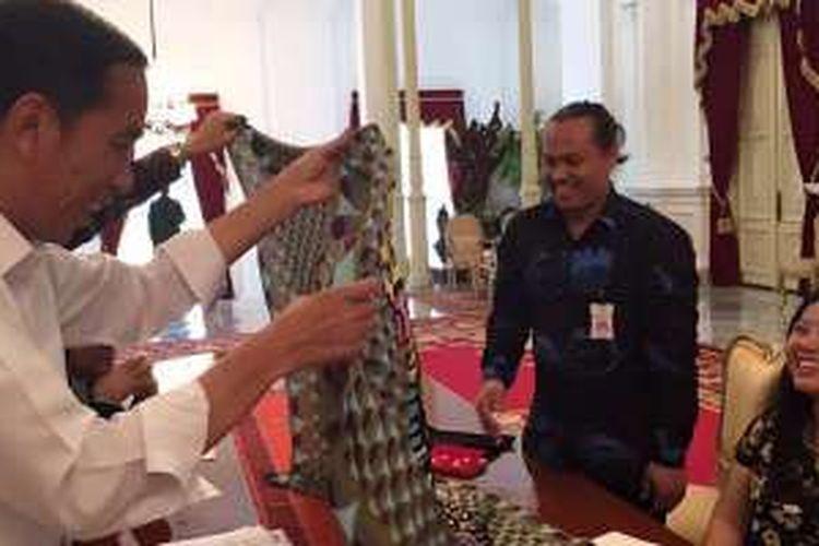 Presiden Joko Widodo saat bertemu dengan Eko Nugroho di Istana Negara