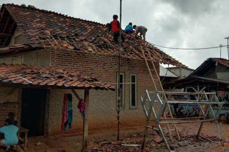 Salah satu dari puluhan rumah di tiga desa di Karawang yang rusak akibat diterjang angin puting beliung, Sabtu (30/1/2021)