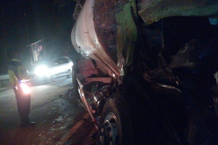 Seorang anggota polisi sedang memeriksa kondisi truk tangki semen yang ringsek akibat terlibat tabrakan di ruas jalan raya Gekbrong, Cianjur, Jawa Barat, Senin (15/6/2020) malam