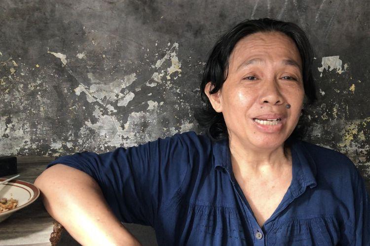Penjual nasi goreng di belakang Mall Ambassador, Titin Siti Fatimah (59) sempat tertimpa terpal dan bambu karena pentalan potongan kaki korban bunuh diri menimpa terpal lapaknya berjualan.