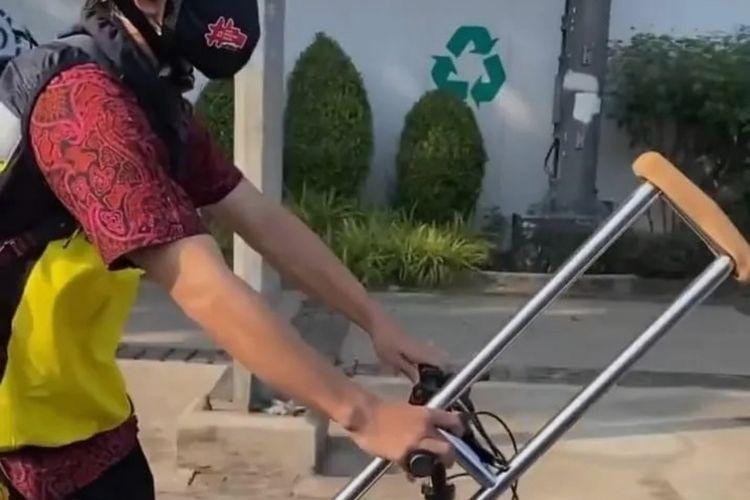 Seorang pesepeda disabilitas, Ahmad Budi, sempat dua kali dilarang oleh polisi melewati jalan Jenderal Sudirman-Thamrin.