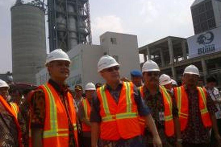 "Gubernur Ganjar Pranowo meresmikan operasi pabrik semen dari kalangan swasta, PT Bintang Mitra Sejahtera (Bima), Jumat (29/5/2015). Produk semen diberi nama ""Semen Bima"""