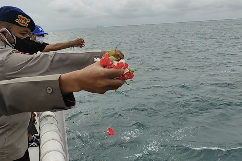 Doakan Korban Sriwijaya Air, Tim SAR Gabungan Polri Tabur Bunga di Laut