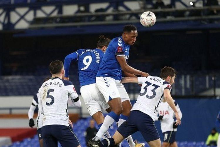 Pemain Everton, Abdoulaye Doucoure (kedua dar kanan), mencoba menyundul bola dalam duel di udara pada pertandingan Everton vs Tottenham Hotspur, Kamis (11/2/2021) dini hari WIB di Goodison Park.