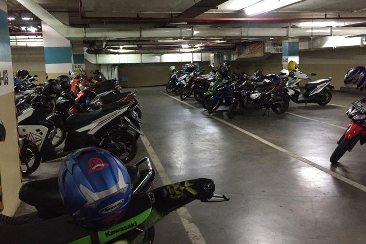 Suasana tempat parkir sepeda motor di mal Teras Kota, Kota Tangerang Selatan, Selasa (5/9/2017). Pemerintah Kota Tangerang Selatan memberlakukan kenaikan tarif parkir baru bagi kawasan pusat perbelanjaan, perkantoran, hingga penitipan kendaraan di sekitar terminal dan stasiun.