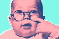 Ahli Jelaskan Mengapa Kita Senang Melihat Bayi Mungil Berkacamata