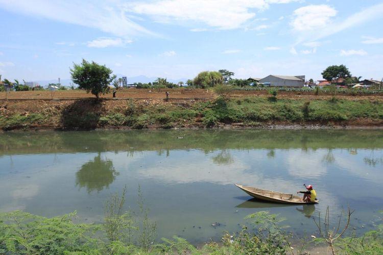 Salah seorang warga saat mencari ikan di bantaran Sungai Citarum, Selasa (29/9/2020).