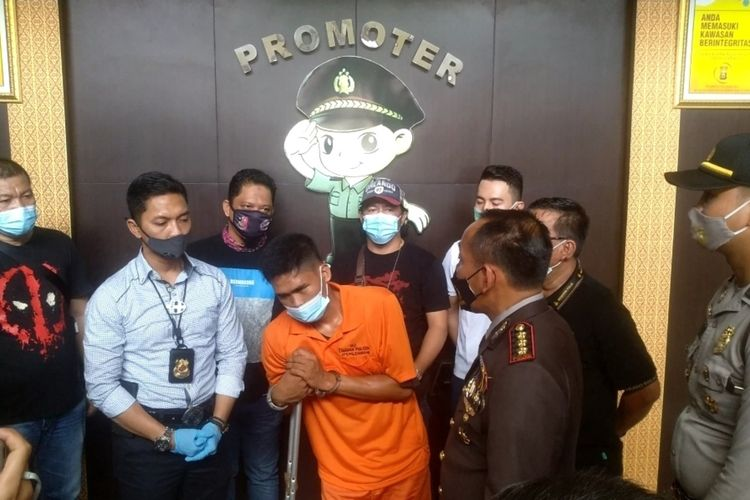 Suryanto (20) pelaku pembunuhan ibu dua anak mengalami patah kaki usai melompat dari jendela rumah korban. Pelaku dihadirkan polisi dalam gelar perkara yang berlangsung di Polrestabes Palembang, Selasa (10/11/2020).