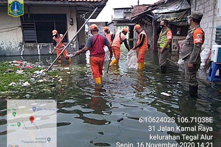 Genangan air di kawasan Tegal Alur, pada Senin (16/11/2020). Genangan ini disebabkan meluapnya Kali Semongol