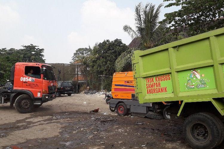 Sekitar 28 truk sampah milik Suku Dinas Lingkungan Hidup Jakarta Barat terparkir di lahan bekas gusuran Kampung Kunir, Pinangsia, Jakarta Barat pada Kamis (31/5/2018)