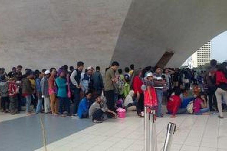Antrean pengunjung untuk bisa naik ke Tugu Monas, Rabu (30/7/2014) siang.