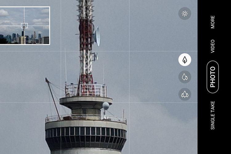 Saat zoom tinggi (melebihi 20x), aplikasi kamera Galaxy S20 Ultra menampilkan jendela kecil di pojok kiri atas berisi frame penuh dan area zoom untuk membantu pembidikan gambar agar jauh lebih mudah.