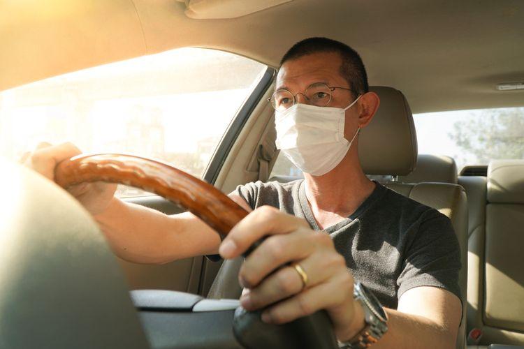 Ilustrasi memakai masker saat mengendarai mobil