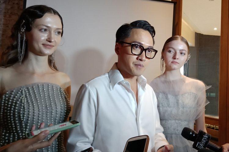 Desainer Barli Asmara saat menjelaskan dua dari 20 koleksi busana yang akan dipertunjukannya pada Plaza Indonesia Fashion Week (PIFW) 2018.