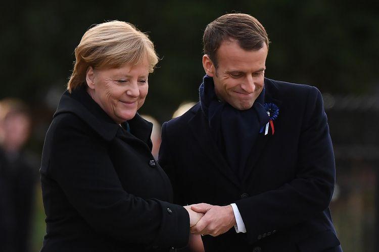 Kanselir Jerman Angela Merkel (kiri) dan Presiden Perancis Emmanuel Macron saat menghadiri peringatan 100 tahun berakhirnya Perang Dunia I di Rethondes, Perancis (10/11/2018).
