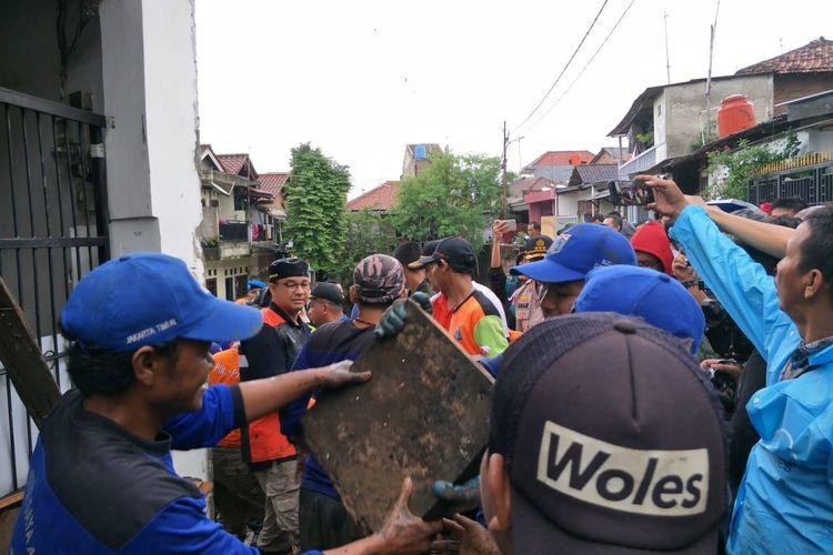 Gubernur DKI Jakarta Anies Baswedan terjun ke lokasi banjir di Kelurahan Makassar, Makassar, Jakarta Timur untuk melakukan kegiatan kerja bakti pada Minggu (5/1/2020).
