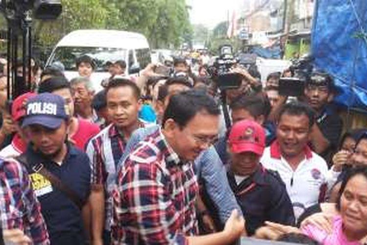 Calon gubernur DKI Jakarta nomor dua, Basuki Tjahaja Purnama saat kunjungannya kampanye ke Pademangan Timur, Pademangan, Jakarta Utara, Jumat (18/11/2016).